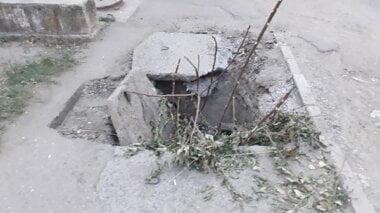 «Теперь торчит арматура», - николаевские службы тяп-ляп заделали на тротуаре в Корабельном районе провалившийся люк