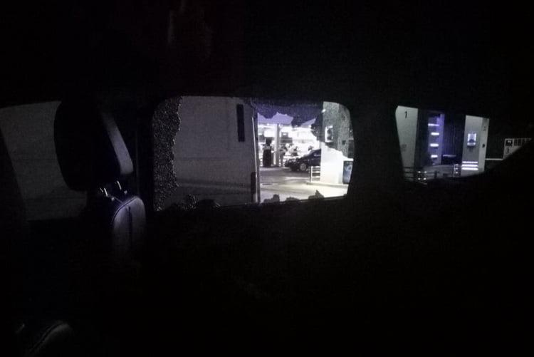 Разбитое окно автомобиля