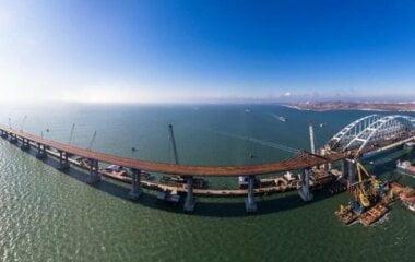 Из-за сильного шторма плавучий кран врезался в Керченский мост (ВИДЕО)