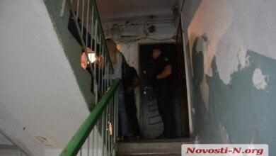 Photo of Заперся в туалете и не отзывался. В одной из николаевских квартир обнаружили труп мужчины с перерезанным горлом