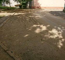 грязный двор по ул. Океановской, 38-а