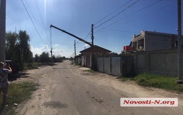 От удара током погиб рабочий: во время строительных работ в Николаеве стрела автокрана упала на линию электропередач