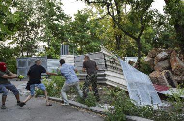 активисты сносят забор вокруг незаконного строительства