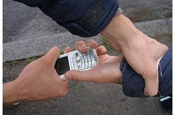 «Подошел познакомиться»: в Корабельном районе мужчина отобрал у женщины телефон и сдал его в ломбард | Корабелов.ИНФО