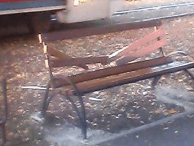 Ночью в центре Николаева вандалы разгромили скамейки и урны: сумма ущерба - более 30 тыс грн