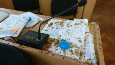 В Николаеве облили дерьмом депутатов горсовета - Ентин достал пистолет (Видео) | Корабелов.ИНФО image 1