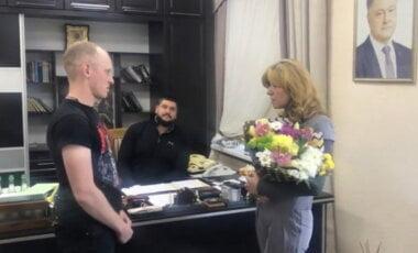 Федоренко вручил цветы Киселевой