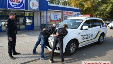 В Николаеве четверо, двое из которых несовершеннолетние, заковали в наручники и избили человека | Корабелов.ИНФО image 1