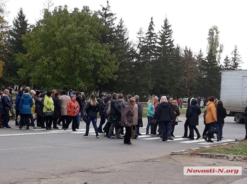 Из-за невыплаты заработной платы медработники на Николаевщине перекрыли трассу на Киев (ВИДЕО)