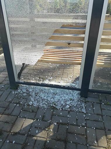 Хулиганы разбили стекло нового остановочного комплекса в Корабельном районе Николаева