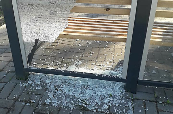 Хулиганы разбили стекло нового остановочного комплекса в Корабельном районе Николаева   Корабелов.ИНФО image 1