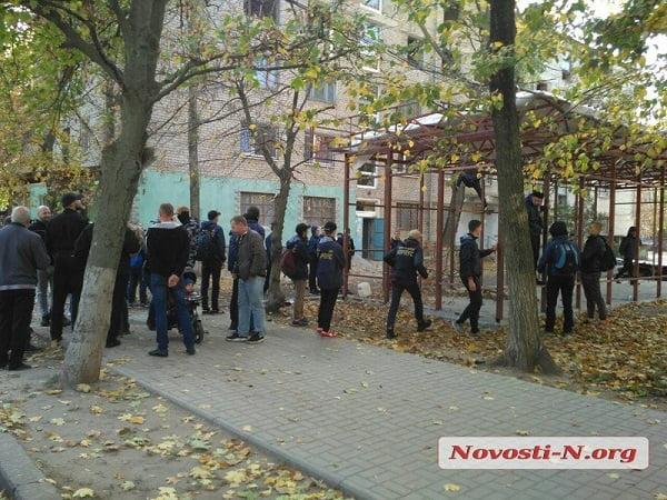 Работают вместо власти: в Николаеве активисты снесли незаконное сооружение (ВИДЕО)