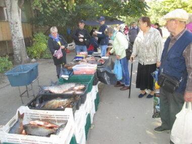 стихийная торговля возле школы № 33