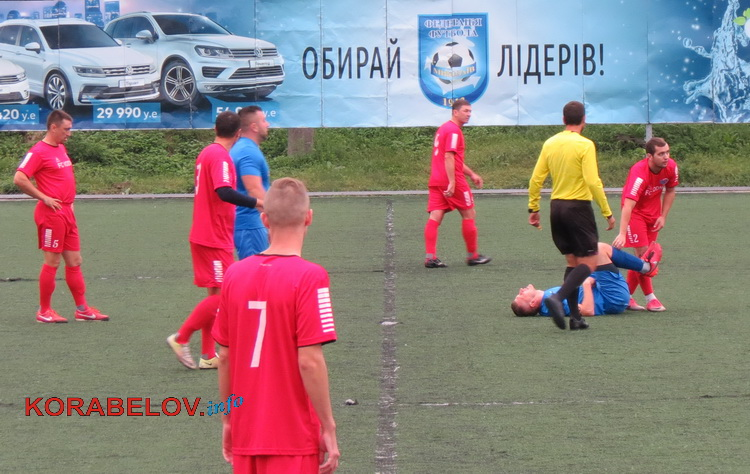 Запекла боротьба: травмами та емоційними сутичками супроводжувався чемпіонат Миколаєва з футболу (ФОТО)