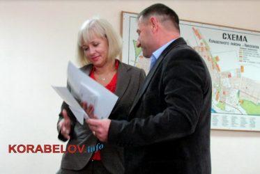 А. Гвозденко награждает А. Луцкую