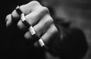 кастет на руке