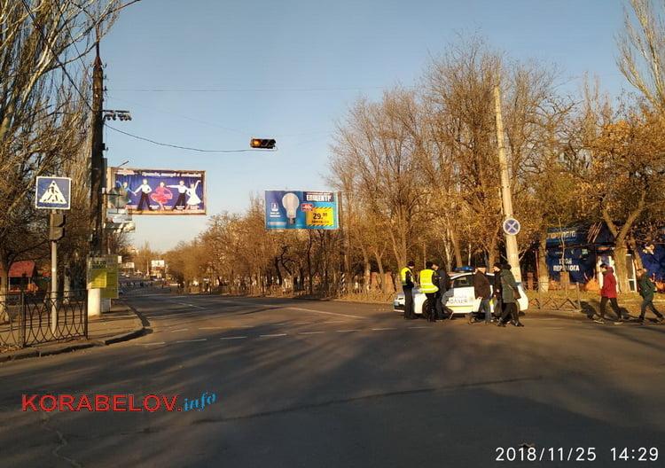 патрульные полицейские разворачивают транспорт в объезд перекрытия проспекта