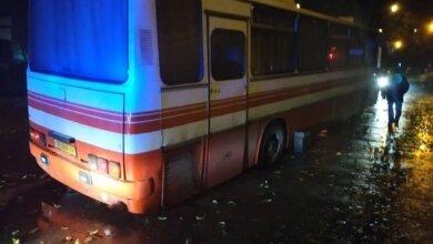 В центре Николаева автобус провалился колесом в большую дыру на асфальте | Корабелов.ИНФО image 3