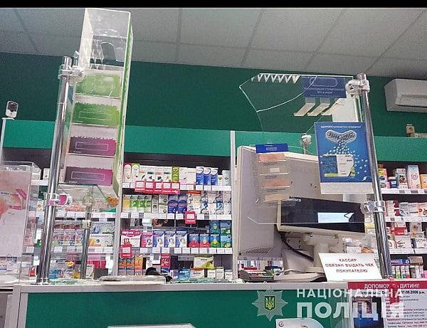 88dff11b821d Через несколько минут наряд реагирования полиции охраны прибыл на место  происшествия, увидев, что двери в аптеке были разбиты.
