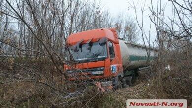 Под Николаевом слетела в кювет фура, перевозившая 22 тонны муки | Корабелов.ИНФО image 5