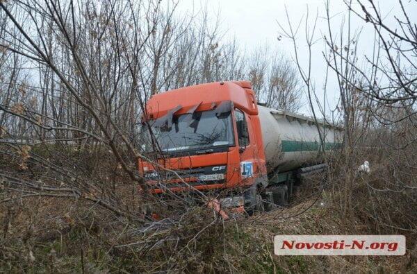 Под Николаевом слетела в кювет фура, перевозившая 22 тонны муки   Корабелов.ИНФО image 5