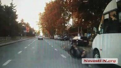Появилось видео, как маршрутка, ехавшая из Корабельного района, сбила девушку на пешеходном переходе   Корабелов.ИНФО