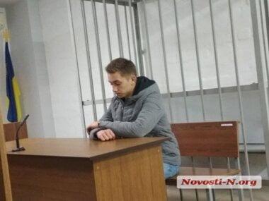 Суд в Николаеве отправил под домашний арест 19-летнего парня, сломавшего патрульному полицейскому челюсть