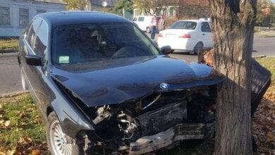«БМВ» после столкновения со «Шкодой» в Корабельном районе врезался в дерево   Корабелов.ИНФО image 3