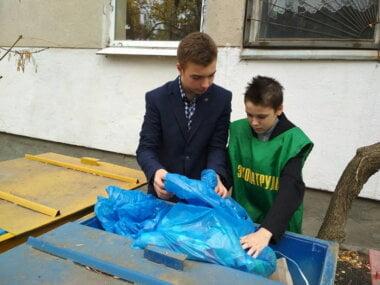школярі сортують сміття