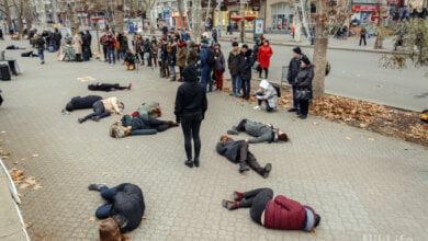 В память о Голодоморе «украинские лидеры» попадали на землю в центре Николаева | Корабелов.ИНФО