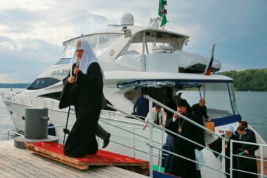 «Мирские дары» духовенства УПЦ Московского патриархата
