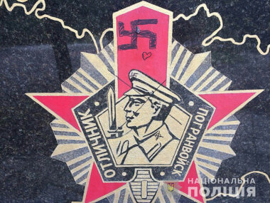 Пенсионерка разрисовала свастикой памятник пограничникам в парке Победы в Николаеве (ВИДЕО)