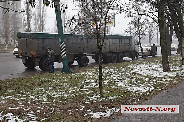 В Николаеве «КамАЗовский» прицеп отцепился на ходу и врезался в припаркованный автомобиль