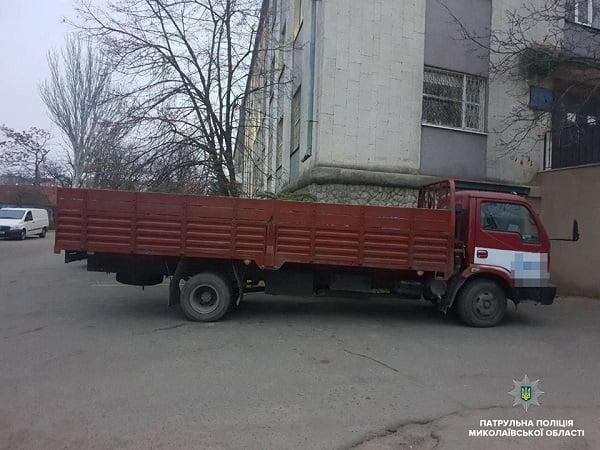 Поліція у Корабельному районі затримала авто з деревиною, на яку не було дозвільних документів