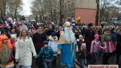 Оркестр Дедов Морозов и Святой Николай открыли новогоднюю елку в Николаеве | Корабелов.ИНФО image 3