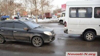 На проспекте Богоявленском столкнулись «Джили» и маршрутка   Корабелов.ИНФО
