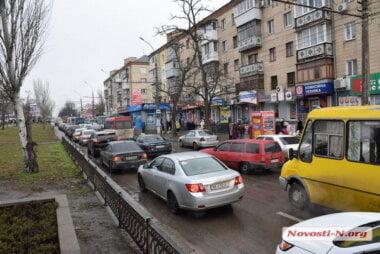 Из-за предновогоднего ажиотажа на центральных улицах Николаева - большие пробки