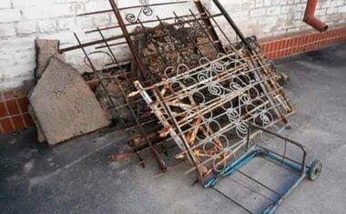 демонтированные оградки с кладбища