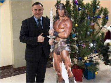 Клоунада продалжается: картонный Конан-варвар появился в Николаевской ОГА