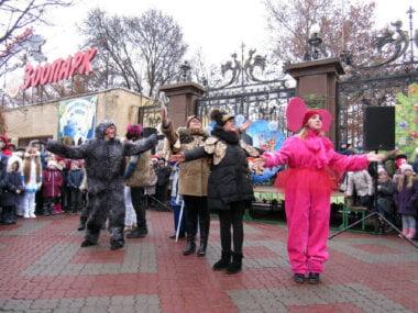 Со сказками и играми в Николаевском зоопарке открыли Новогоднюю ёлку