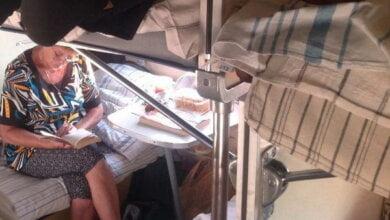 На пассажирку поезда из Киева упала верхняя полка – у неё раздроблены пах и таз | Корабелов.ИНФО image 2