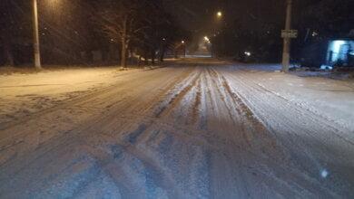 В Николаеве не почистили дороги от снега - водители фур сами купили соль в магазине, чтобы сыпать ее под колеса | Корабелов.ИНФО image 3