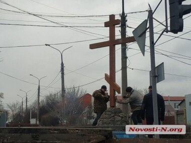 В Широкой Балке восстановили поклонный крест, сломанный вандалами