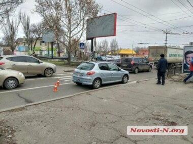 В Николаеве «Пежо» сбил маму с ребёнком на пешеходном переходе