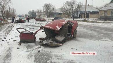 Photo of В Новой Одессе «фура» разорвала «ВАЗ» пополам: водитель — в коме