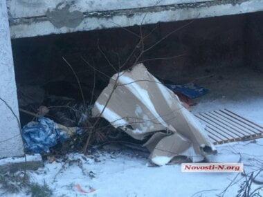 В Николаеве под балконом многоэтажки обнаружили труп замерзшей женщины