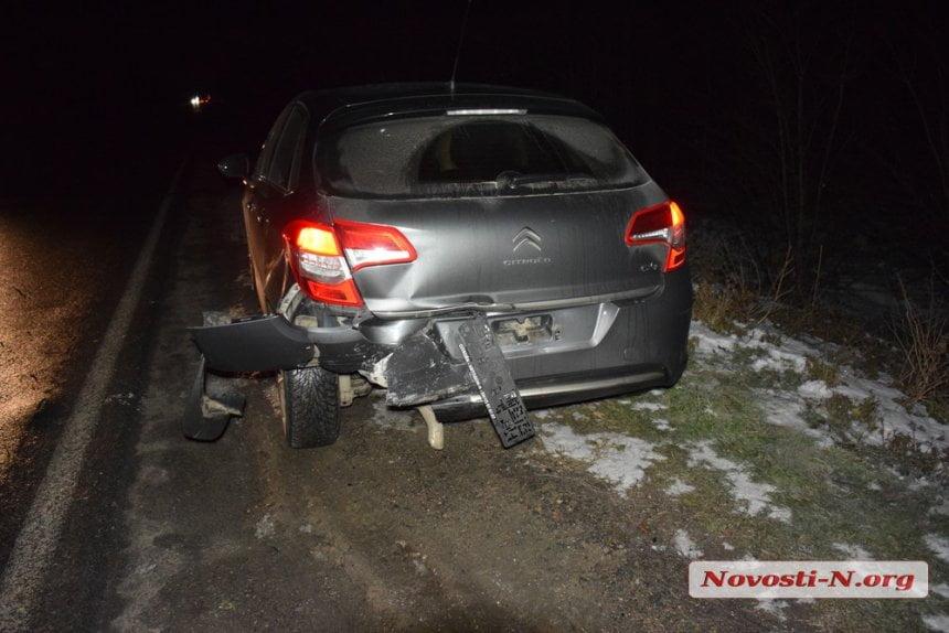 На трассе под Николаевом столкнулись три автомобиля - пострадали женщина и ребенок