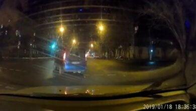 Photo of В Николаеве мужчина ударил таксиста по голове и угнал его автомобиль. Видео преследования полицией угнанного такси