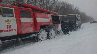 Photo of Высота сугробов на Николаевщине достигает метра: спасатели вытаскивают из снега автомобили