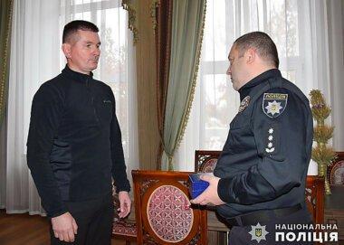 Полиция вручила наградные часы николаевцу, задержавшему грабителя. Видео